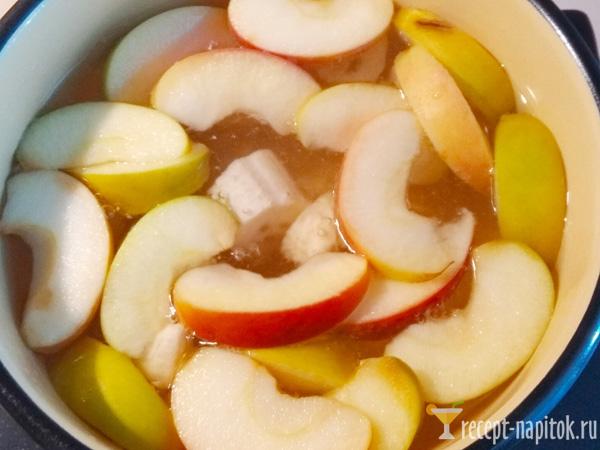компот из яблок и бананов в кастрюле