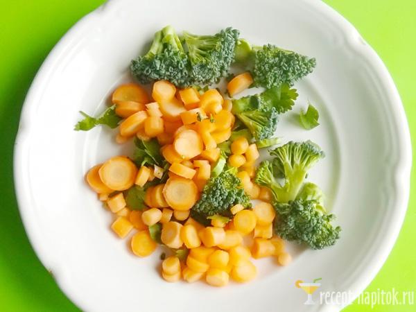 нарезанные овощи и зелень