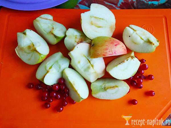 нарезанные яблоки и красная смородина
