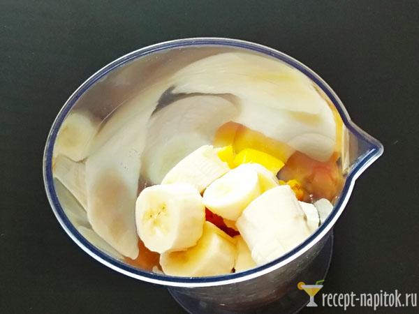 банан и персик в блендере