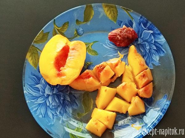 порезанный кусочками персик