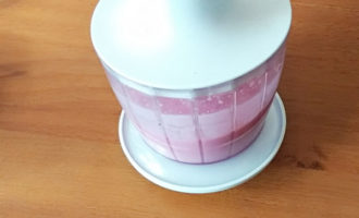 творожно-малиновый смузи в блендере