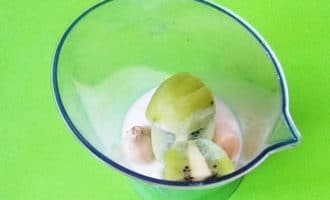 киви и банан с молоком в блендере