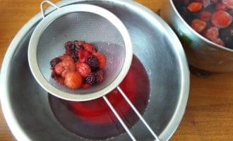 процеживание киселя из ягод