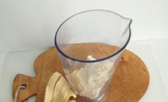 банан в чаше блендера