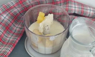 банановый молочный коктейль в блендере с мороженым