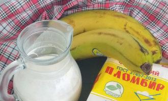 ингредиенты для молочного коктейля с мороженым и бананом