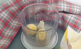 кусочки банана в чаше блендера